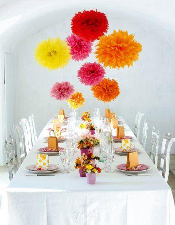 Des pompons comme des fleurs Quelques morceaux de papier de soie colorés suffisent à créer de gros pompons en fleurs, pour une décoration pétillante..
