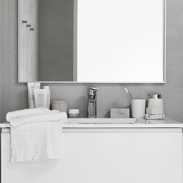 Valkoista ja huurteista huomenta! Kuvia uuteen Asun-lehteen nyt myös blogissa #pienitalohki #asunlehti #mystyle #mywork #bathroom #kylpyhuone #valkoinen #betonipinnat #concrete #balmuir #korres. Upeat kuvat @pauliinasalonen.