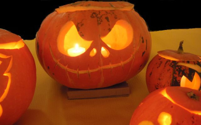 Halloween - le origini della festa 31 ottobre: Halloween. Zucche intagliate, dolcetto o scherzetto, maschere e trucchi da mostro. Ma quali sono le origini di questa festa che ormai ha preso sempre più piede anche da noi? E ci sono  #halloween #feste #vigiliadiognissanti
