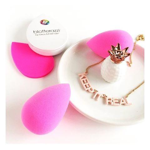 Parce que vous méritez le meilleur  #beautyblender   éponge maquillage à 16,8€  éponge #blotterazzi  (matifiantes) à 19€  Dispo sur www.lanaika.com