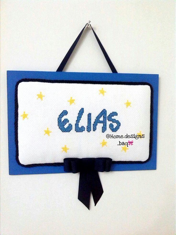 Cuadro personalizado con el nombre del bebé, bordado en punto en cruz.