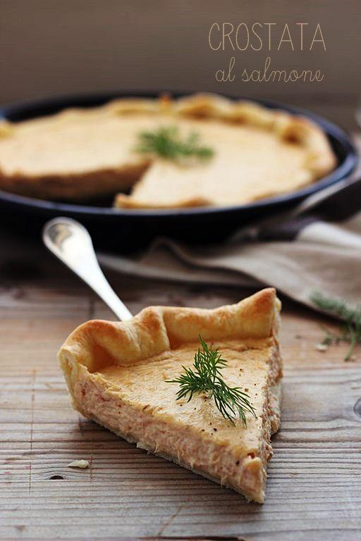 Teglia 23cm      1 rotolo di pasta brisée tonda   1 uovo   300 g filetti di salmone sott'olio   150 g formaggio cremoso (tipo Philadel...