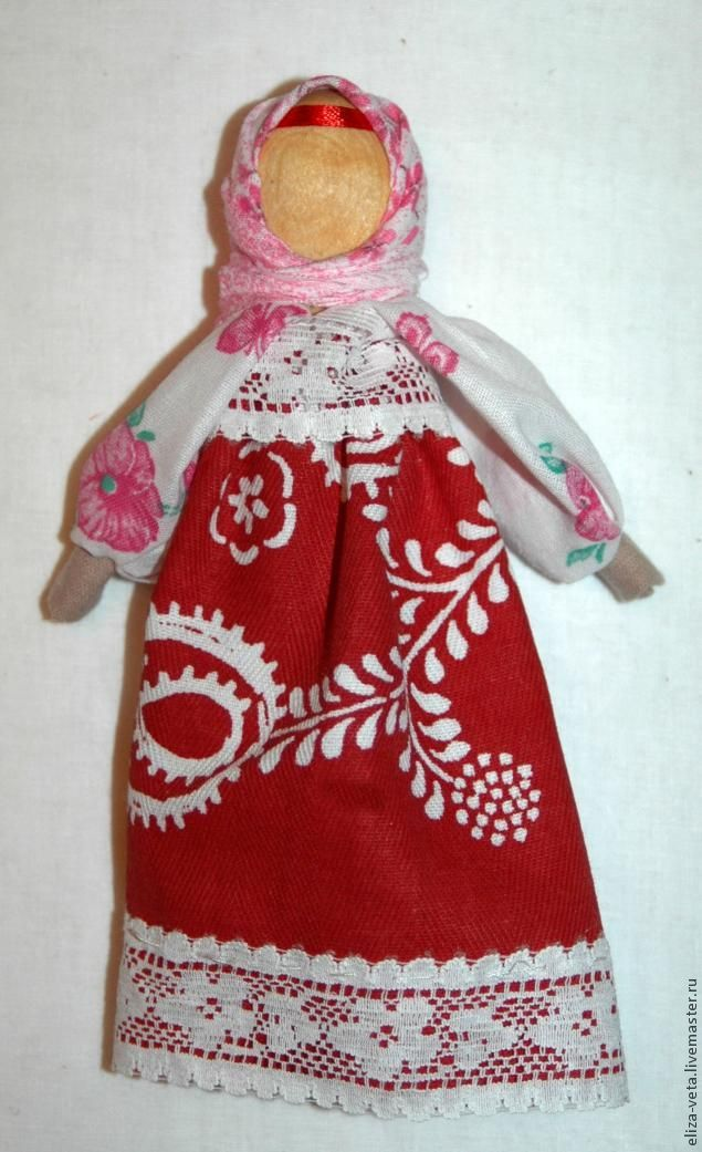 кукла на ложке -это игральная кукла. делалась на скорую руку чтобы дать маме заняться домашникми делами. Это кукла девка. на ложке называется так как в основе ее -деревянная ложка. Вам потребуется ложка, ткань натуральная 3 видов, кружево( по желанию), ленточка обматываем ложку тканью (или ватином или чем то похожим) приматываем красной ниткой крестами делаем кисти-складываем …