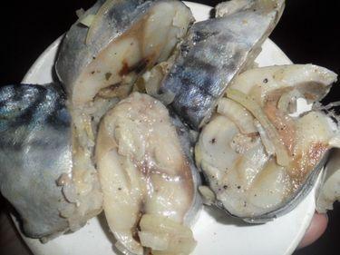 Очень вкусная маринованная скумбрия с луком и чесноком