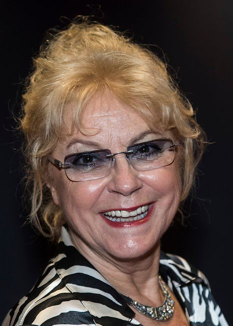 """Conny Vink 06-06-1945  Nederlands zangeres. Vink werd onder andere bekend met de hit Bossa Nova Boy (1968), De Toeteraar (1969), """"Maak je niet dik (dun is de mode)"""" (1970) en Dansen is plezier voor twee (1976). Ook speelde zij in de revue Blij Blijven met André van Duin en Frans van Dusschoten. Conny Vink was in de jaren 70 vooral bekend door de platen die ze maakte met het kinderkoor De Schellebellen.   https://youtu.be/BX_5juC_Gbo"""