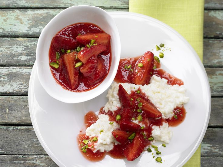 Süß und fruchtig. Erdbeer-Ragout auf Milchreis - mit gehackten Pistazien - smarter - Kalorien: 221 Kcal - Zeit: 30 Min. | eatsmarter.de