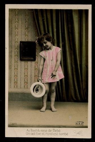 PETITE JEUNE FILLE POT DE CHAMBRE . LITTLE GIRL CHAMBER POT