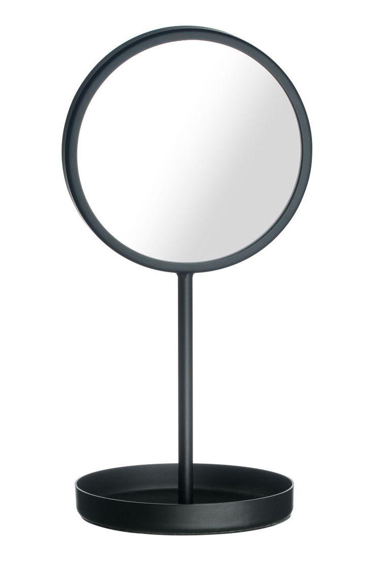 Sort. Et lite bordspeil i glass med ramme og fot i metall. Speilet har rund fot med vattert underside. Speilets diameter 12 cm, høyde 26 cm.