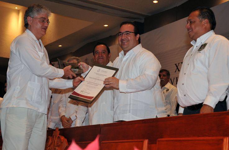 El Gobernador felicitó al director del Instituto de Ecología (Inecol), Martín Ramón Aluja Schuneman Hofer, quien recibió el Premio Nacional de Ciencias y Artes 2013, en el campo de Tecnología, Innovación y Diseño, por sus contribuciones científicas y tecnológicas al manejo de plagas agrícolas.