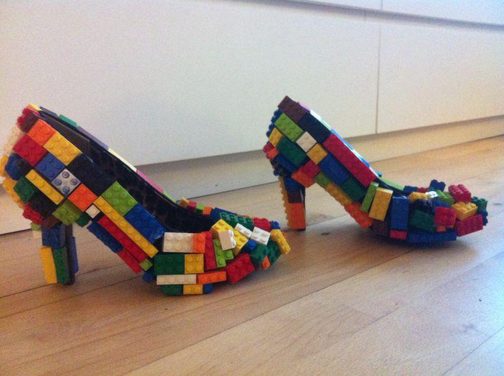DIY LEGO shoes.  Hjemmelavet LEGO-stiletter= LEGO-klodser + limpistol + stiletter.