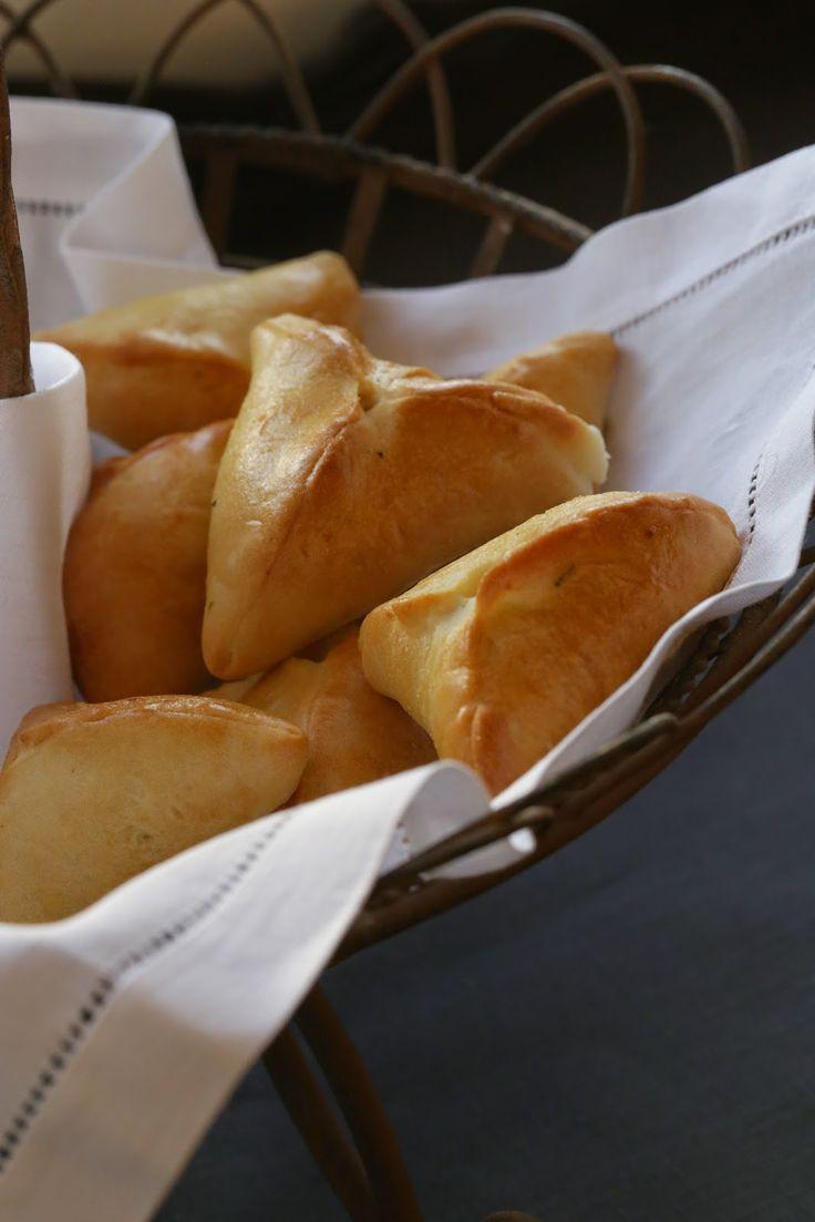 Les pirojkis sont certainement la plus connue des spécialités russes , ces petits pains sont réalisés avec une pâte proche des petits pains au lait . Ils sont fourrés à la viande, aux pommes de terre,