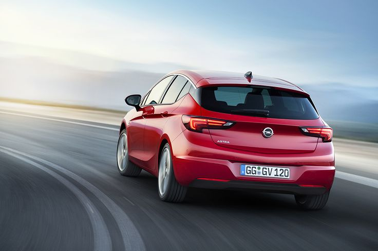 The new Opel Astra is up to 200 kilograms lighter than its predecessor and its athletic design shows this immediately. The dimensions have shrunk but spaciousness and comfort have been increased considerably. Under the hood, you will only find engines of the latest generation.