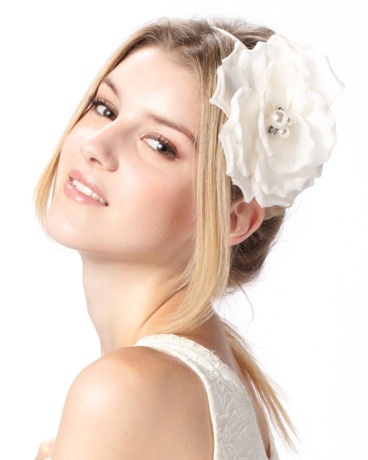 【EVITA PERONI ホワイト シルキーフラワーブライダルカチューシャ】  真っ白なフラワーが、清楚な雰囲気を演出します♪  http://glamour-sales.com/preview/product/74390/9AcCYgtq6
