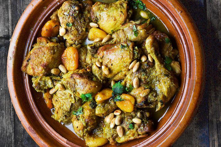 Recipe for Moroccan chicken tagine with abricots and almonds in english at the bottom of the page.👇🏾Tørket eller frisk frukt er ofte vanlige innslag i søte og salte marokkanske taginer som denne. Kyllingen er kokt til mør med løk, safran og andre krydder og toppet med aprikoser , honning og stekte mandler.