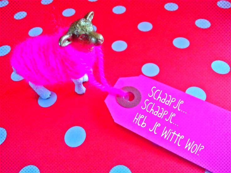 ~Leuke lente-paastafel-versiering gemaakt door mijzelf van speelgoed-dieren met een beschilderd hoofdje en pootjes en een jasje van omwikkelde wol~
