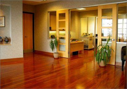 5. Un truco fácil para limpiar suelos de madera Los suelos de madera son preciosos, sin embargo se manchan con gran facilidad. En muchas ocasiones esto nos lleva a elegir suelo de mármol o de baldosas.  Ahora es muy sencillo limpiar los suelos de madera. Necesitaremos limón y suavizante. Tan solo tienes que mezclar todo con agua y verterlo al cubo de fregar. De esta manera podremos abrillantar nuestro suelo de madera. ¡Queda ideal!