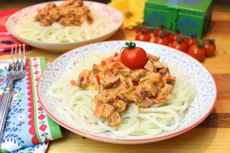 Low Carb Rezepte von Happy Carb: Kohlrabipasta mit Kabanossi-Tomatensoße.