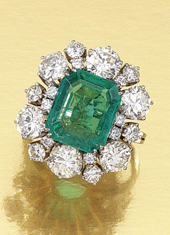 Emerald And Diamond Ring Design As A Cluster Centring On