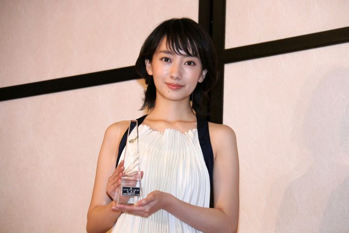 映画やテレビドラマなどで活躍した俳優やプロデューサー、作品を表彰する「第41回エランドール賞」の授賞式が2日、東京都内で行われ、新人賞を受賞した女優の広瀬すず...