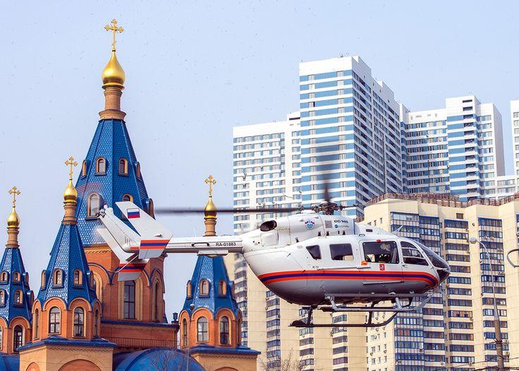 """Вертолёт в большом городе - это очень опасно. Большие дома, провода, рекламные растяжки. В Петербурге вчера, после теракта возникли проблемы с приземлением. В Москве в каждом районеделаются специальные """"пятачки"""" свободные от проводов и с свободной площадкой. Вот, например, на фото Северное Чертаново. То самое место, куда в кино инопланетяне упали. А вот спасательный вертолёт аккуратно приземлился на большую круглую клумбу. Думаю, её специально для этого возделывают.  . #москва #чертаново…"""