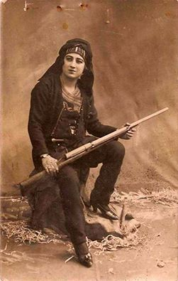 Kurtuluş Savaşı Türk Kadın Savaşçı. Nezahat Onbaşı..Henüz dokuz yaşında bir kız çocuğu iken babası ile birlikte Kurtuluş Savaşı'na katılmış savaş kahramanı.