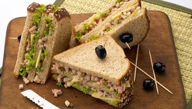 Σάντουιτς ολικής άλεσης με γαλοπούλα και αβοκάντο
