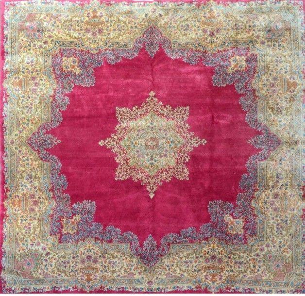 Important KIRMAN royal (Iran)  Champ rubis à médaillon floral étoilé vert pâle  Très large bordure central ivoire décor mille fleurs  350x250cm - Massol - 10/07/2015