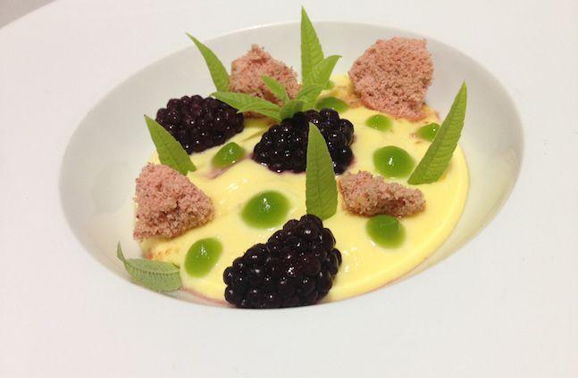 Crema inglese al limone con carbone alla fragola, gel di verbena e more   Food Loft - Il sito web ufficiale di Simone Rugiati