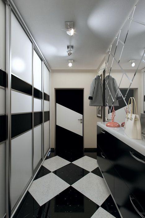 забавный способ визуально расширить узкий коридор