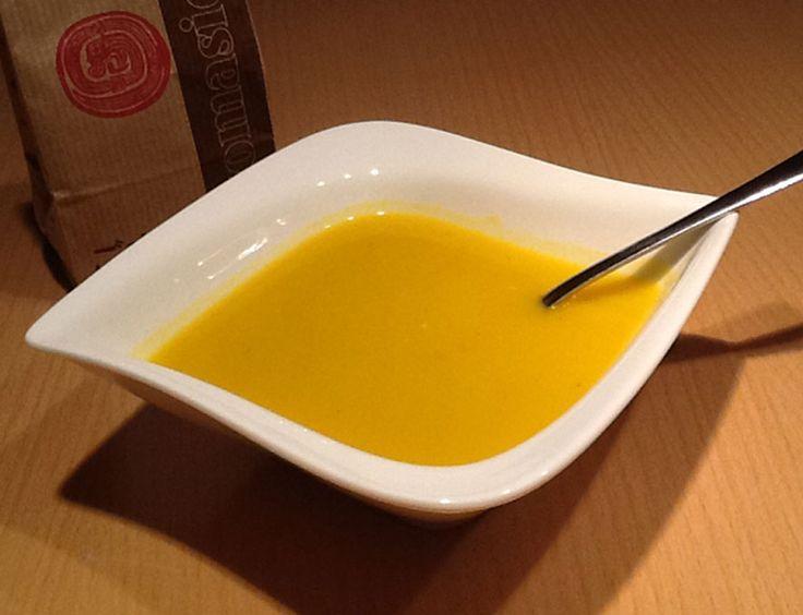 Krémová dýňová polévka Dýni Hokaido do polévky nemusíte loupat. Důkladně ji omyjte, vydlabejte semínka a dužinu. A  nakrájejte na kousky.  Na másle orestujte nakrájenou cibuli, chvilku orestujte i česnek. Přidejte dýni a zalejte vodou tak, aby byla dýně jen zakrytá. Přidejte 2 ks bobkového listu, zeleninový bujon, trošku muškátového oříšku. Vařte asi 30 minut..  Rozmixujte úplně do krémova a přidejte 2 lžíce sojové smetany a ještě chvilinku povařte.