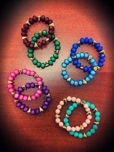 Diversos colores de pulseras con chuzos