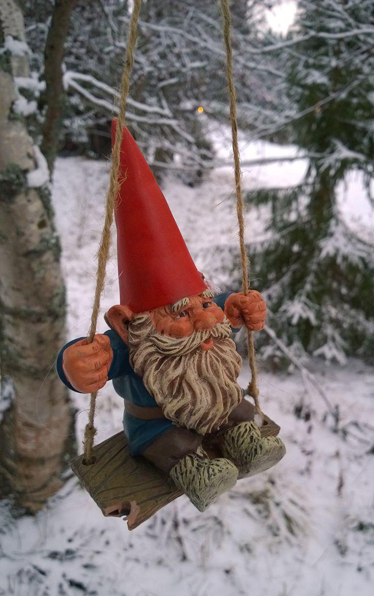 Jouluilta hämärtyy, tuuli pois jo etääntyy. Joka kuusen latvahan, tarttuu tähti taivahan. Hiljaisina seisoo maat. Metsän vakaat asukkaat, saapuu illan juhlihin, yksin, kaksin, kolmisin. Laulun tahtiin joka puu, sinne tänne kallistuu. Kettujenkin leikki on jouluyönä viaton. (Oiva Paloheimo) 19. joulukuuta, Turkansaaren ulkomuseo, Oulu (Finland)