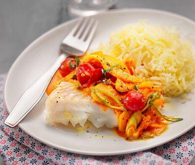 En saftig torsk med saffran och fänkål bjuds det på idag. Chili, vitlök och fänkål fräses långsamt i smör där saffran adderas och rätten får en fin gul ton. Krämigheten kommer från grädde ihop med tomater. När torsken stekts färdigt och potatisen är pressad är det dags att sätta sig till bords.