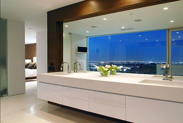 Homesthetics Matthew Perry Bachelor Pad zeitgenössische Badezimmer