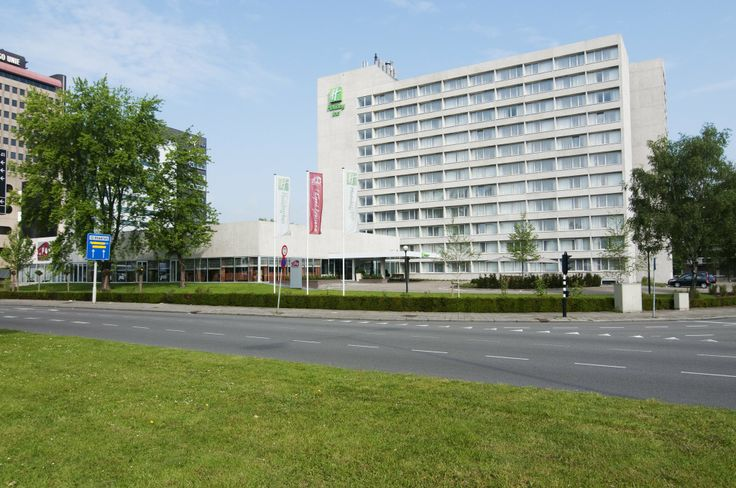 Holiday Inn Eindhoven. Holiday Inn Eindhoven is een luxe en modern 4 sterren hotel pal tegenover Centraal Station Eindhoven. Het hotel is ideaal gelegen en vanuit alle windstreken gemakkelijk te bereiken. In een mum van tijd bevindt u zich in het bruisende centrum, het PSV Stadion en Strijp-S met o.a. het imposante Philips Klokgebouw. www.hieindhoven.com
