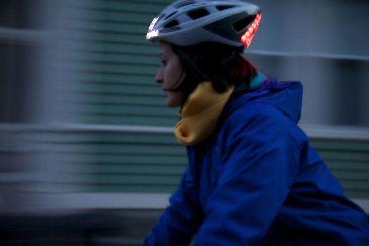 Mira fuerte y seguro por la noche con el casco de la bicicleta Lumos