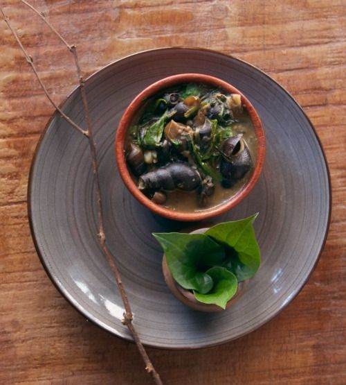 Tharoi thongba, river snails cooked with peppercorn leaves