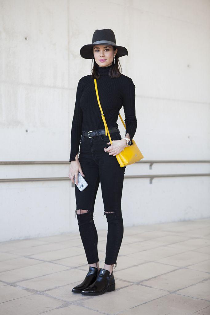 Sólo negro. Muchas personas suelen hasta encontrar ilegal vestirse entero de negro, pero.. ¿Por que no?. una vestimenta oscura sumado con un accesorio de color que la reviva y destaque dentro del conjunto. Inténtalo!