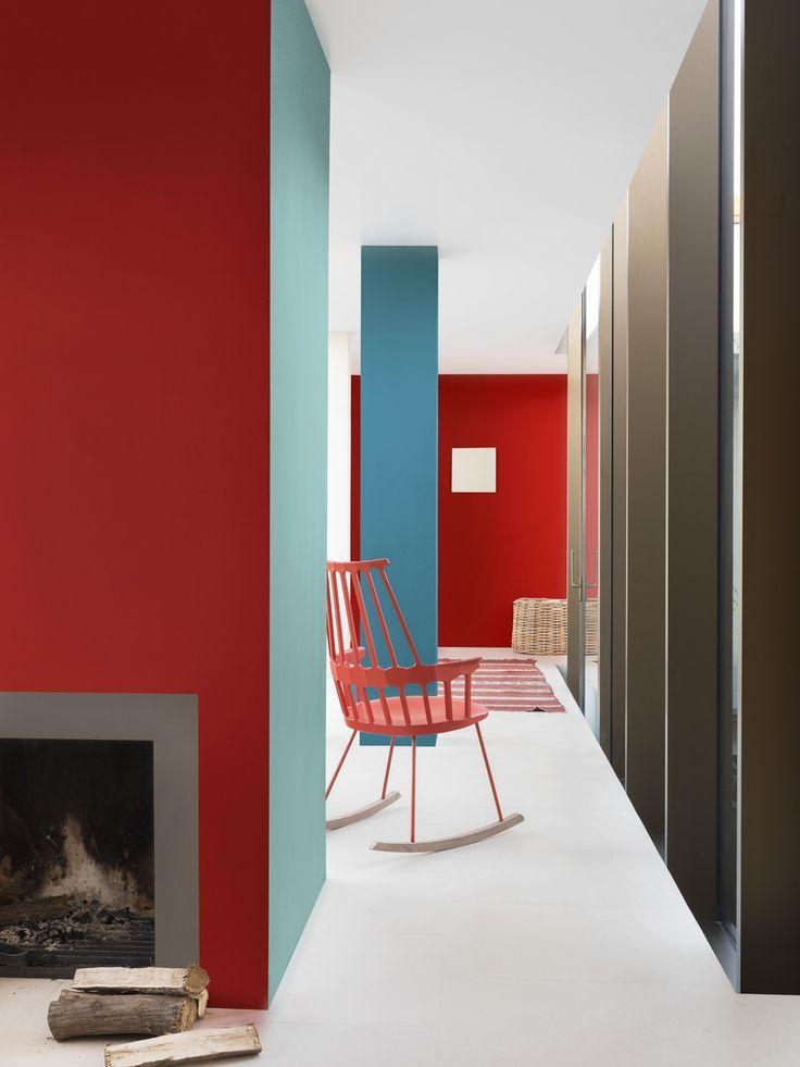 Deze loft krijgt een apart karakter door het spel van rood en blauw: twee natuurlijke tegenpolen. Het resultaat is verrassend helder én gezellig. De warmste tinten vind je terug rond de open haard: Authentic Grey en Vibrant Red.