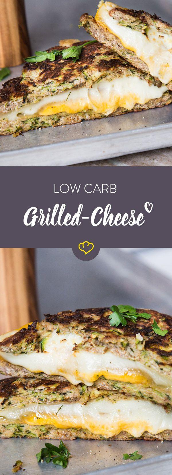 Grilled-Cheese-Sandwich ohne Kohlenhydrate? Zucchini macht's möglich. Mit Kokosmehl, Ei und Mandeln wird sie zum Low-Carb-Toast für deinen Käse.