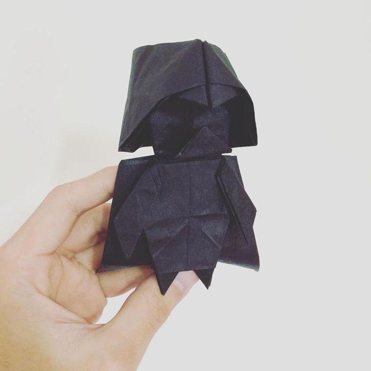 Un petit tutoriel qui vous apprendra comment réaliserun Dark Vador en origami ! C'est l'artiste japonaisTadashi Mori, spécialiste de l'origami, qui vous d