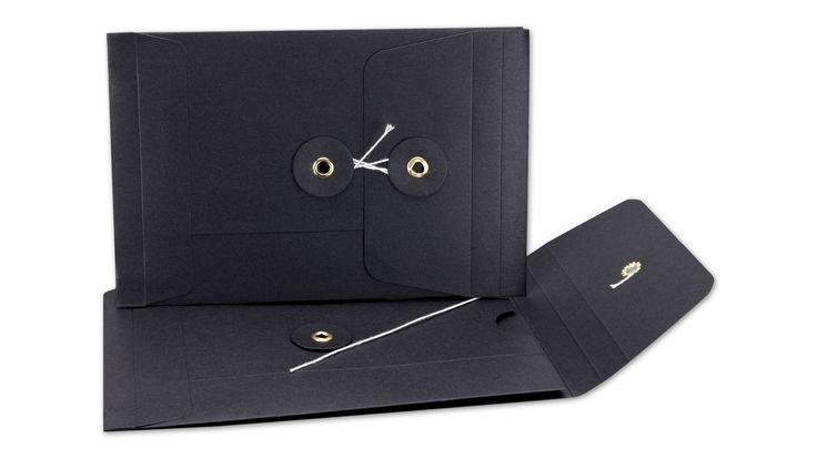 Der kleine Schwarze: Briefumschlag C6, Bindfadenverschluss, schwarz, Falz, glatt, Kraftpapier.