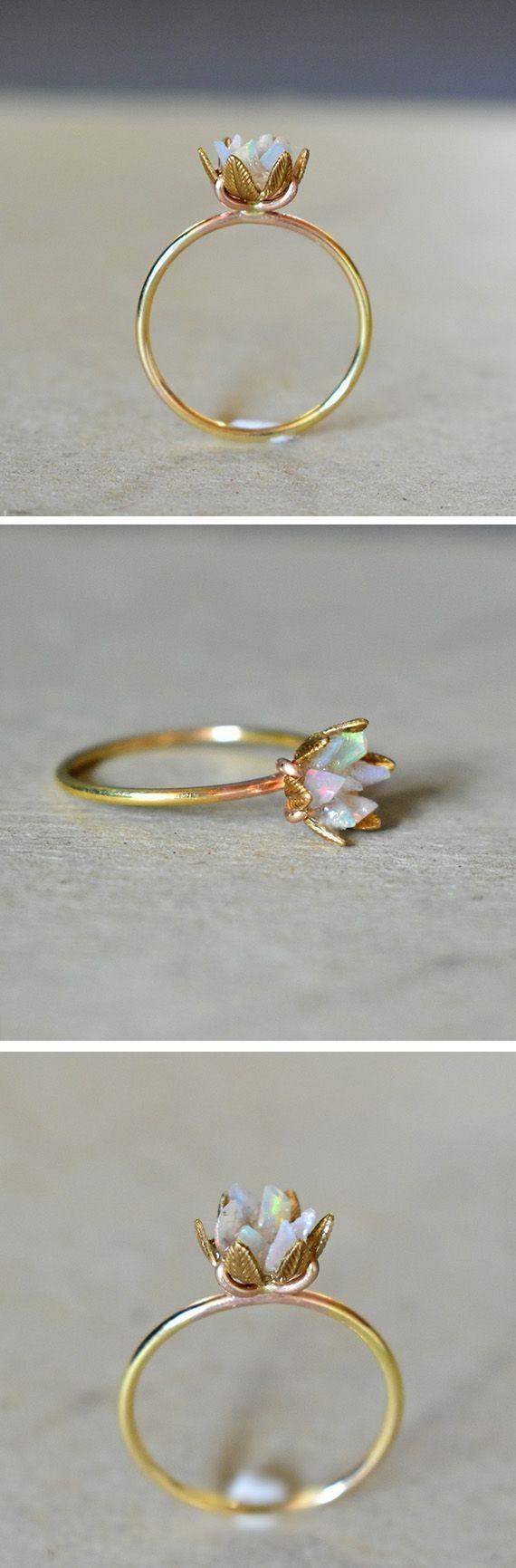 Stücke von rohem Opal ergänzen sich zu diesem schönen Lotusring