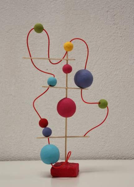 crédit photo Pinta La Lluna Mes enfants n'ont pas l'habitude de sculpter. On fait beaucoup de peinture, mais on ne travaille pas la 3D. C'est en voyant cette sculpture de billes et de fil de fer que je me dis qu'il faut s'y mettre ! Pinta La Lluna a utilisé des cure-dents, des bâtonnets (du type pour mélanger le café), des bouts de ficelle, des piques de brochettes et des boules de papier de différentes tailles. Instructions: Faites des trous dans les bâtonnets et les boules, et laissez vos…