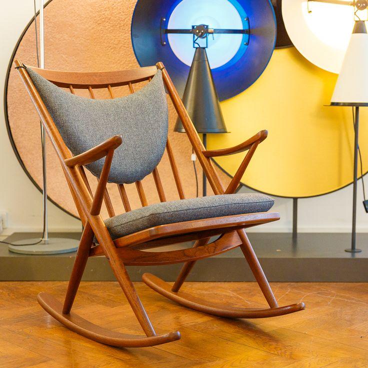 Stuhl auf Kufen – Frank Reenskaug entwarf den Schaukelstuhl Mitte der Fünfzigerjahre für den dänischen Hersteller Bramin. Die X-Konstruktion und das sichelförmige Kissen verhalfen Reenskaugs Sessel zu einem hohen Wiedererkennungswert und grossem Komfort. Auch Frank Sinatra war begeistert und besass ein Modell.