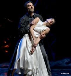 Η επιτυχημένη παραγωγή του Μπαλέτου της Εθνικής Λυρικής Σκηνής με τις μουσικές της Ελένης Καραΐνδρου που γράφτηκαν για τις ταινίες του Θόδωρου Αγγελόπουλου, θα παρουσιαστεί για δύο μόνο παραστάσεις στο Μέγαρο Μουσικής Θεσσαλονίκης. Ο Ρενάτο Τζανέλλα χορογράφησε τις εμβληματικές συνθέσεις της Καραΐνδρου που έντυσαν ταινίες του Θόδωρου Αγγελόπουλου σε μια παράσταση υψηλής συγκίνησης, η οποία ενθουσίασε κοινό και κριτική όταν πρωτοπαρουσιάστηκε στο θέατρο Ολύμπια, τον Μάρτιο του 2013.