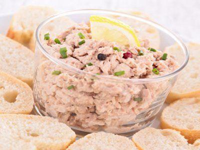 Dip de Atún Picosito | Te presentamos una deliciosa entrada, perfecta para recibir a los amigos en casa. El dip de atún picosito es una preparación bien sencilla y con un sabor increíble. Una receta ideal para botanear.
