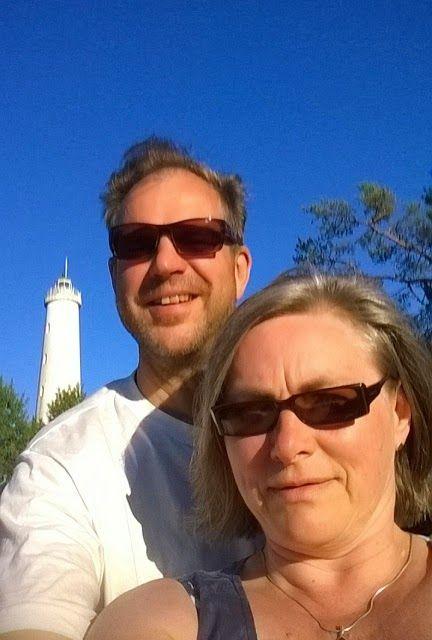 Kesäretkellä Säpin majakalla Luvialla. Veneenkuljettajani ja majakka.