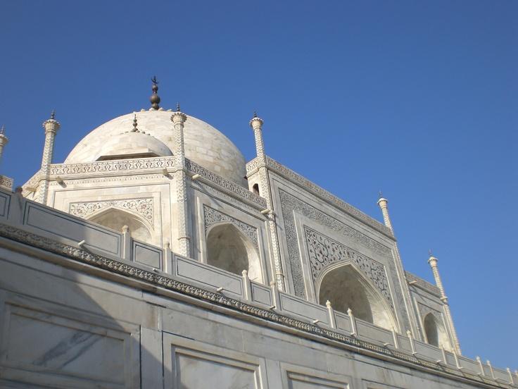 TAJ MAHAL: el palacio de la corona, construido por el emperador mogol Shah Jahan, a partir de 1631, tiene 23 tipos de piedras y 74 mts de altura. Forma octogonal.