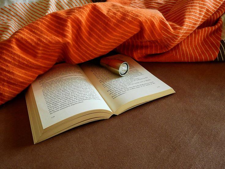Lesen im Bett: Auf die Haltung kommt es an!  Für viele ist es ein Ritual: Am Abend im Bett noch zwei, drei Seiten lesen und dann einschlafen. Dabei kann es aber leicht zu muskulären Verspannungen kommen, je nach dem, wie man beim Lesen im Bett liegt, erklärt Schlafexperte Reto Ruckstuhl von der Leinenweberei in Chur. Er gibt Tipps, damit das nicht passiert.